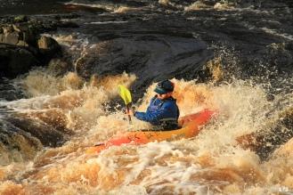Person canoeing / Una persona haciendo descenso con canoa